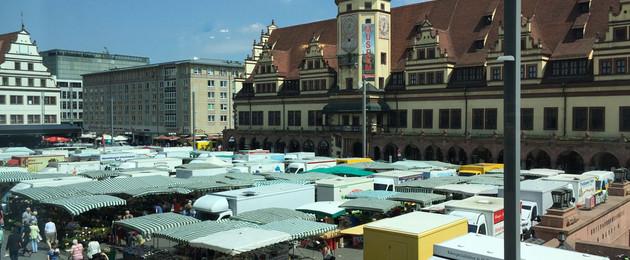 Viele überdachte Verkaufsstände während des Wochenmarktes auf dem Markt vor dem Alten Rathaus