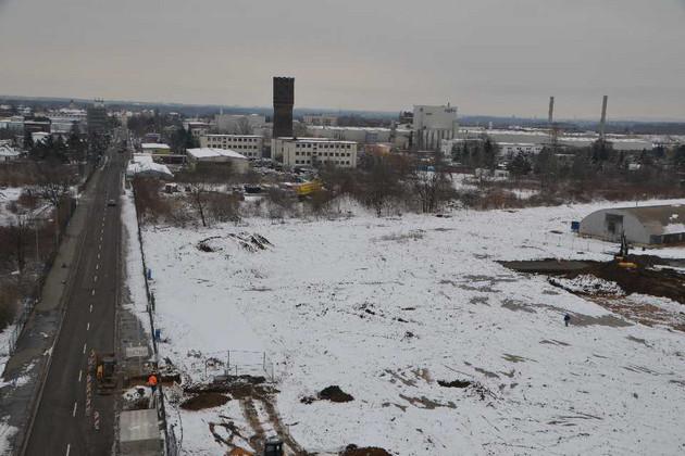 Blick von der Feuerwehr-Drehleiter aus Richtung Nordwesten auf das verschneite Baufeld am 20. März 2013
