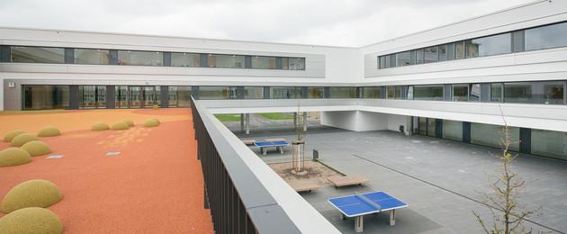 Gebäudeansicht Neubau der 3. Schule - Grundschule Innenhof