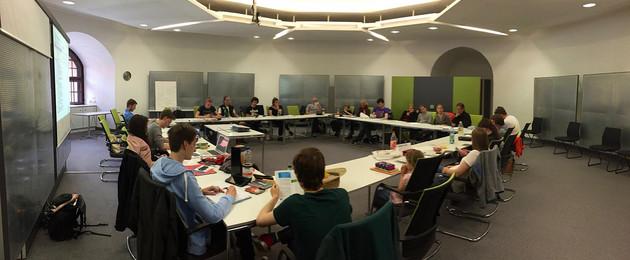 Die Mitglieder des Jugendparlaments bei Sitzung. Tische sind zu einem großen Viereck gestellt.