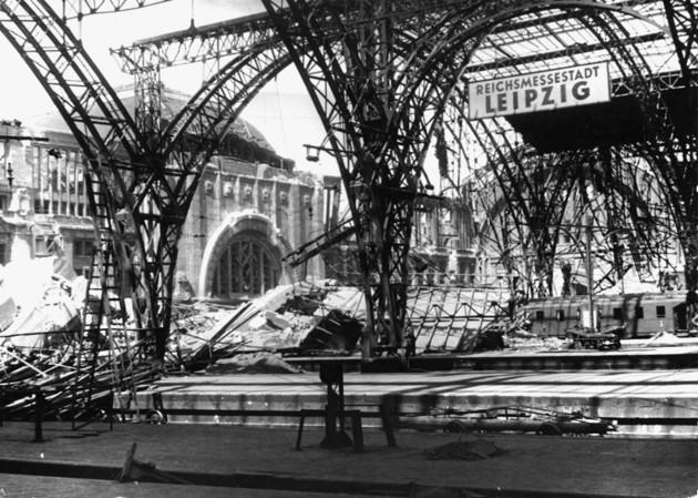 Trümmerfoto des Leipziger Hauptbahnhofs nach Bombenangriff im zweiten Weltkrieg, 1944