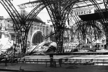 Bild wird vergrößert: Trümmerfoto des Leipziger Hauptbahnhofs nach Bombenangriff im zweiten Weltkrieg, 1944