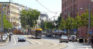 Autos und Straßenbahn auf der Karl-Liebknecht-Straße