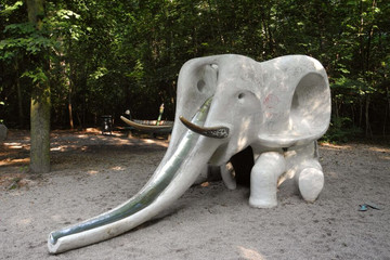 Bild wird vergrößert: Rutscht in Form eines Elefanten auf dem Spielplatz Louise-Otto-Peters-Platz