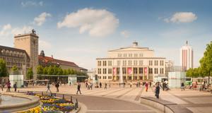 Der Augustusplatz mit Oper und Krochhochhaus.