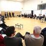 Workshopteilnehmer sitzen in einem Kreis. Thema ist Straßenbahnerweiterung in Probstheida.