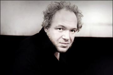 Bild wird vergrößert: Porträt von Mathias Énard in schwarz-weiß.