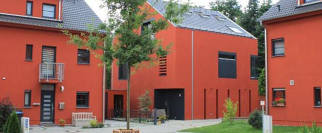 Rote Stadthäuser und Innenhof
