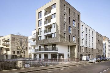 Bild wird vergrößert: Blick auf die mehrgeschossigen Wohngebäude mit Flachdach an der Weißen Elster.