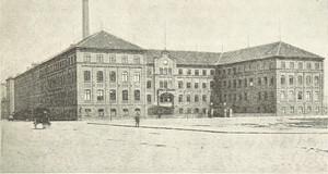 schwarz-weiß Skizze eines großen historischen Fabrikgebäudes mit Schornstein