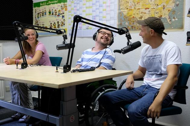 Das Team der Inklusiven Radioredaktion bei Radio Blau auf Sendung.
