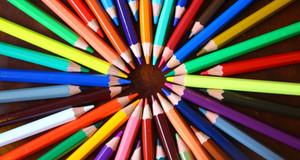 Bunte Stifte im Kreis zusammengelegt mit der Spitze nach innen