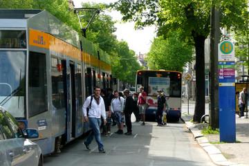 Bild wird vergrößert: Bus und Straßenbahn mit Fahrgästen am Stöckelplatz