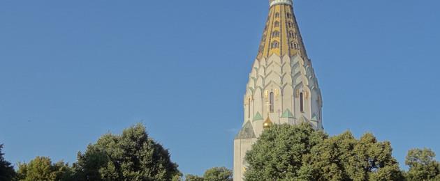 Turm der Kirche mit Goldener Spitze