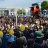 Menschenansammlung um das spielende Orchester in der Petersstraße
