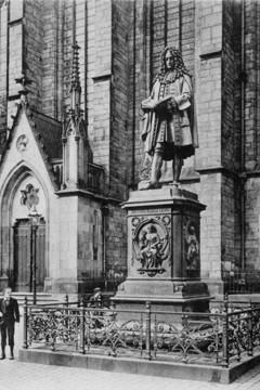 Bild wird vergrößert: Abbildung einer Postkarte von 1900 zeigt das Leibniz-Denkmal am damaligen Standort vor der Thomaskirche