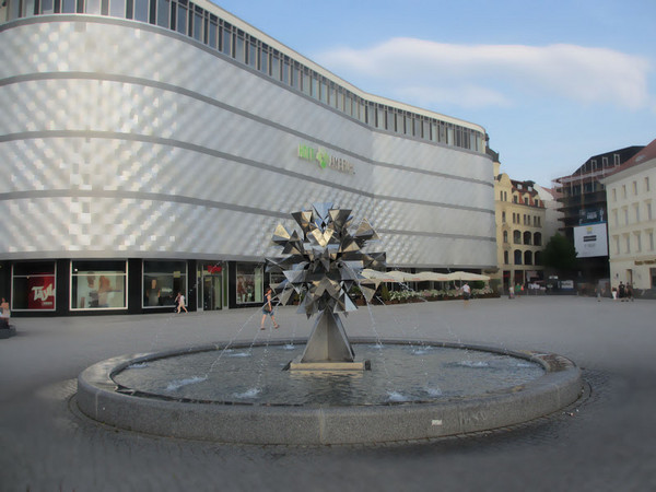 Springbrunnen Pusteblume vor den Höfen am Brühl