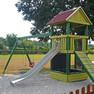 Spielplatz mit Kletterhaus, Rutsche und Schaukeln