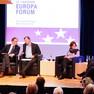 Fünf Menschen sitzen auf Sesseln auf einer Bühne während einer Diskussionsrunde beim Leipziger Europaforum im März 2018