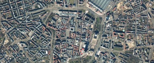 Farbiges Luftbild der Innenstadt Leipzig im Jahr 2015.