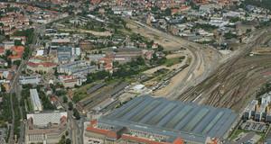Luftaufnahme des Geländes des Eutritzscher Freiladebahnhofs. Deutlich sichtbar ist der Hauptbahnhof mit seinen Gleisanlagen.