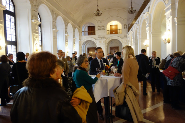 Empfang in der Oberen Wandelhalle des Neuen Rathauses nach der Verleihung des Louise-Otto-Peterspreises.