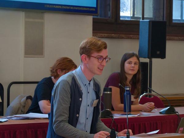 Quentin Kügler vom Jugendparlament spricht von einem Rednerpult