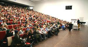 Hunderte Menschen allen Alters sitzen im Großen Hörsaal der Universität Leipzig