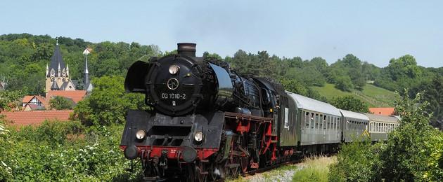 Eine historische Dampflok auf der Fahrt durch die Weinbauregion Saale-Unstrut