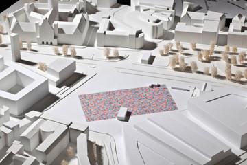 Bild wird vergrößert: Modellentwurf für das Leipziger Freiheits- und Einheitsdenkmal. Viele bunte kleine Würfel auf eine Modell-Stadtplatz-Fläche