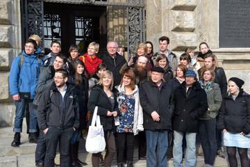 Bild wird vergrößert: Gruppenbild der Jugendlichen die an der internationelen Jugendwerkstatt zum Leipziger Freiheits- und Einheitsdenkmal teilgenommen haben.