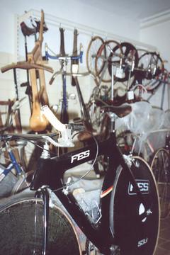 Bild wird vergrößert: Verschiedene Rennräder als Ausstellungsstücke im Sportmuseum