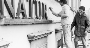 Zwei Arbeiter bringen den Schriftzug Naturkundemuseum am Gebäude an