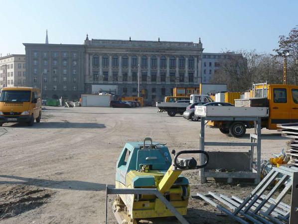 Wilhelm-Leuschner-Platz mit verschiedenen Baugeräten und Baufahrzeugen