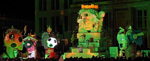 Die fünf Löwenskulpturen und Lipsia vor der Oper mit zahlreichen Zuschauern.