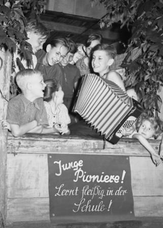 Kinder im Ferienlager um 1954