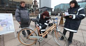 Mitarbeiter des Projektes Fahrradregistrierung auf dem Augustusplatz bei einer Fahrradregistrierung