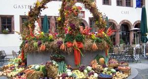 Festlich geschmückte Erntedankbrunnen auf dem Nikolaikirchhof
