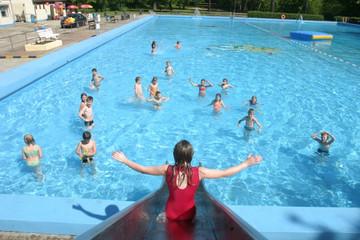 Bild wird vergrößert: Kinder in einem Freibad in Leipzig beim Planschen und Rutschen