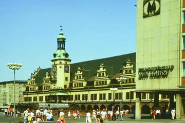 Bild wird vergrößert: Fotografie des Leipziger Marktplatzes mit Altem Rathaus und Messehaus am Markt 1975