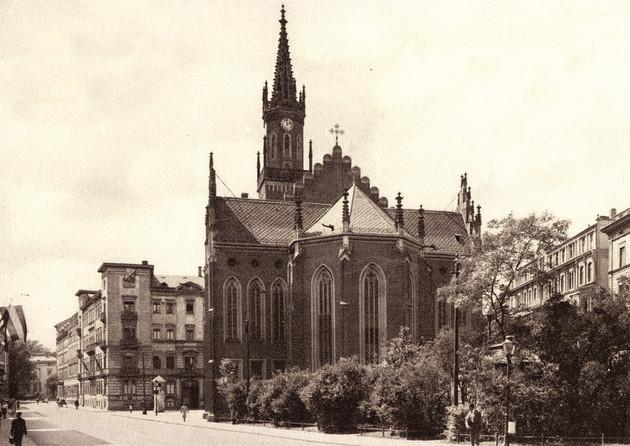 Historische Aufnahme der ersten Trinitatiskirche an der Leipziger Rudolphstrasse von 1847 im neogotischen Stil.