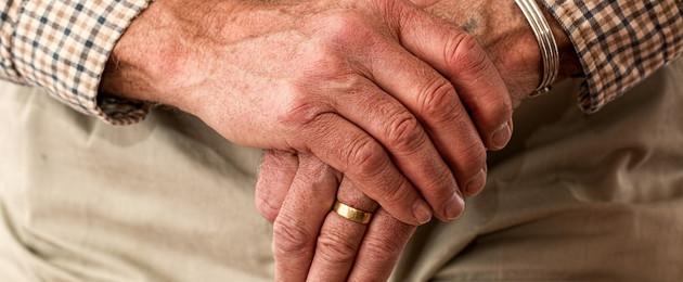 Hände eines älteren Herren auf einem Stock gestützt