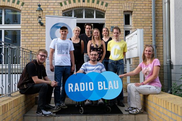 Ein Gruppenfotos des Team der Inklusiven Radioredaktion bei Radio Blau.