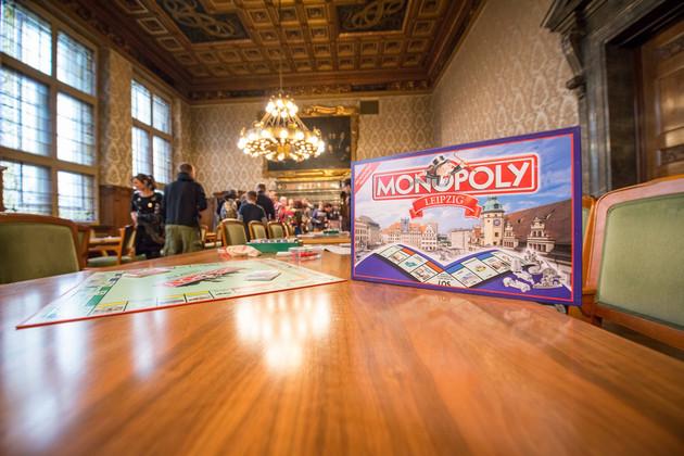 Nahaufnahme Tisch mit Monopoly-Spiel im Ratsplenarsaal des Neuen Rathauses.