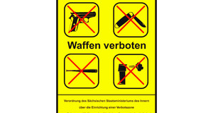 """Schild Waffenverbotszone mit Aufschrift """"Waffen verboten"""" und durchgestrichenen Symbolen für Pistolen, Klappmessern, Baseballschlägern und Spray."""