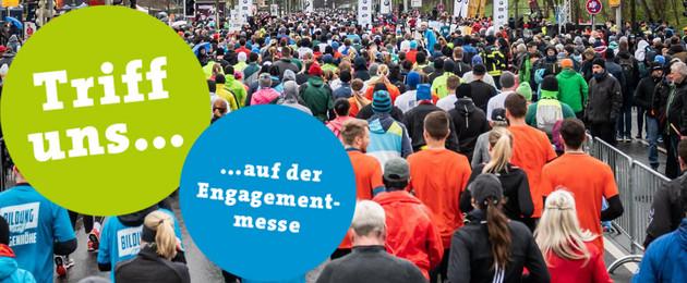 Viele Menschen von hinten, die einen Marathon laufen.