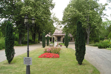 Bild wird vergrößert: Blick zur Trauerhalle auf dem Friedhof Sellerhausen