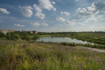 Bild wird vergrößert: Ein Bürgerpark mit viel Landschaft und einem See, der Offenheit und Weite unterstützt.