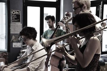 Bild wird vergrößert: musizierende Band