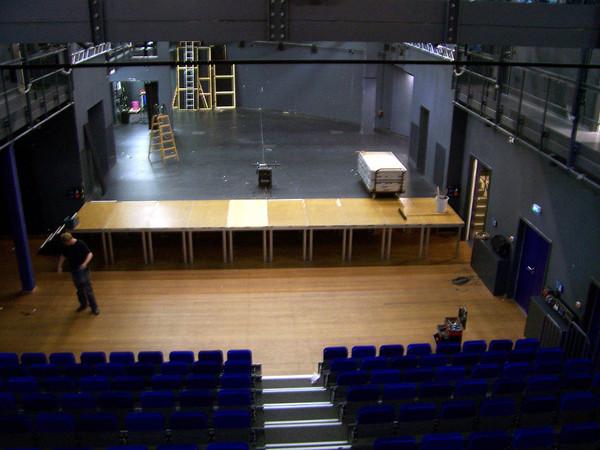Großer Saal im Theater der Jungen Welt mit Bühne und ohne Publikum